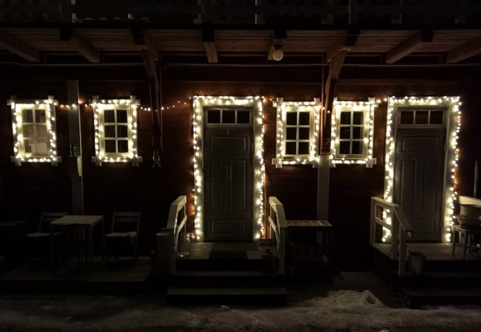 Valoin koristeltuja ovia ja ikkunoita